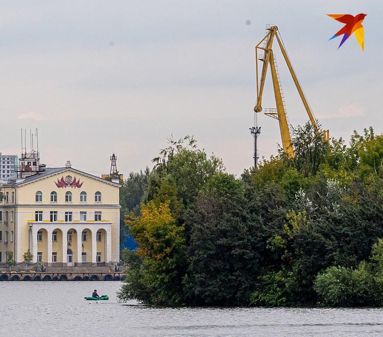 Официально Бобровый остров называется «островом, образовавшимся после спрямления русла реки Москвы»