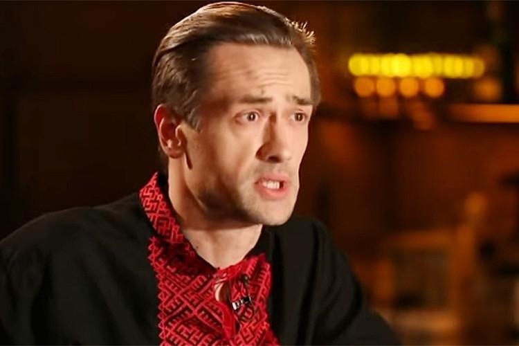 Актер в красной вышиванке со свастикой