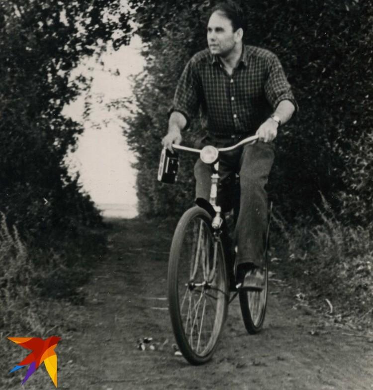 Василий Песков на велосипеде.