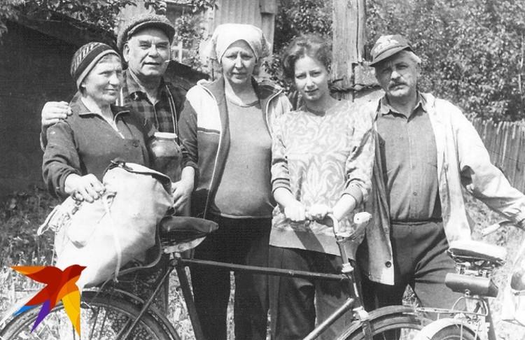 Василий Песков вместе со своими земляками в селе Орлово.