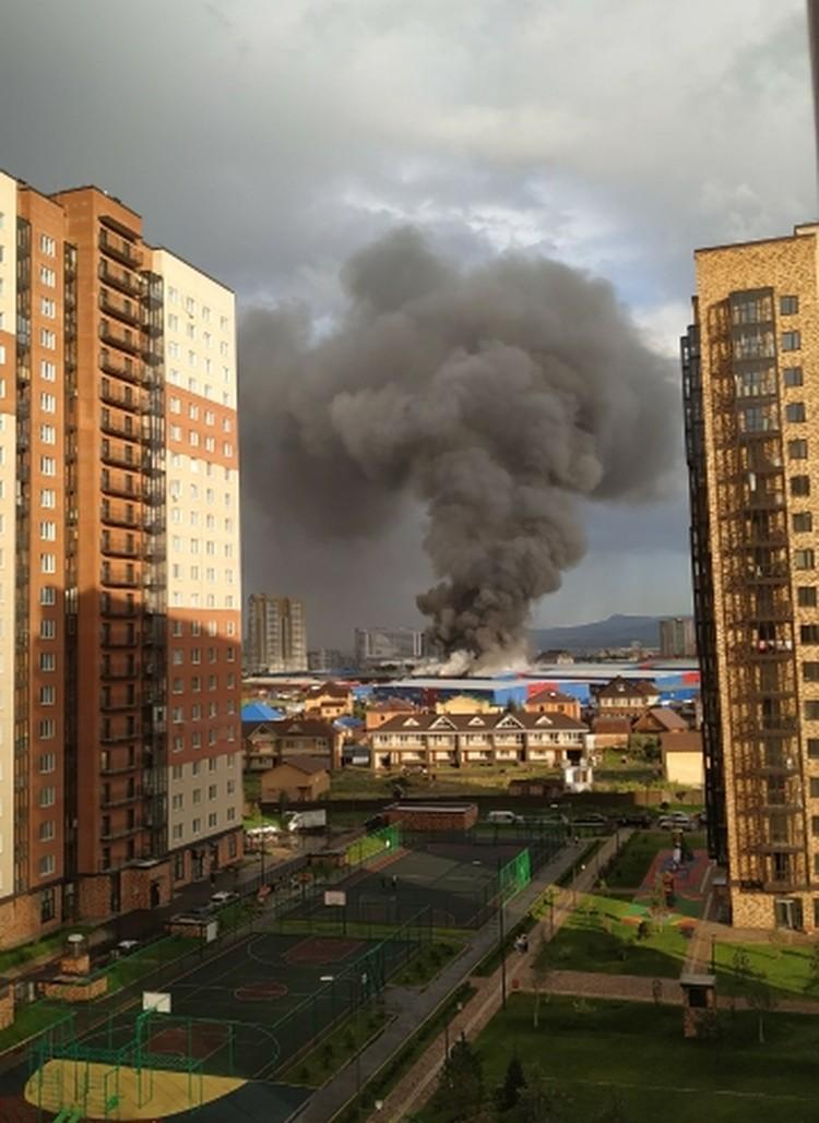 Черный дым не на шутку встревожил жителей города. Фото: Лариса Воронина