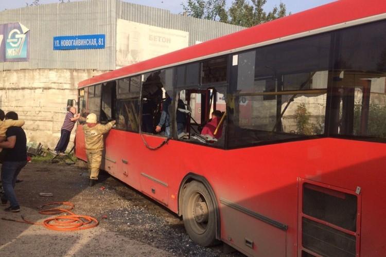 Автобус врезался в стену магазина. Фото: ГИБДД Перми.