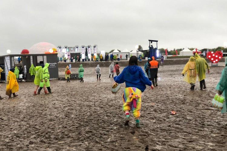 Посетители перестали обращать внимание на грязь и лужи