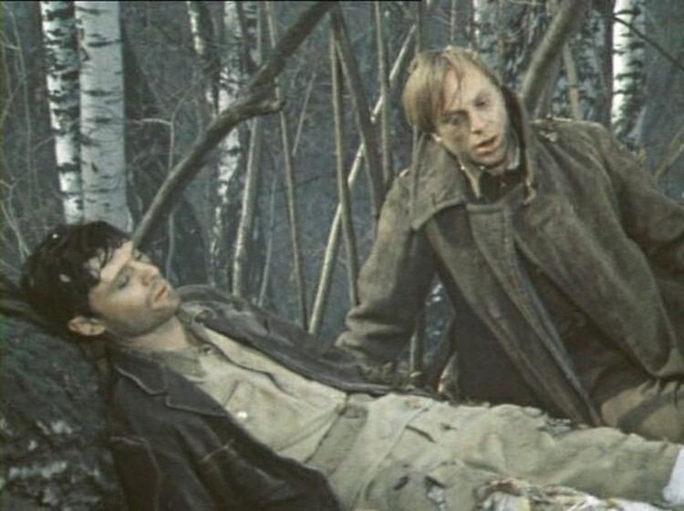 Юрий Богатырев в роли Ромашки трусливо оставляет раненного Саню умирать одного в лесу. Кадр из фильма