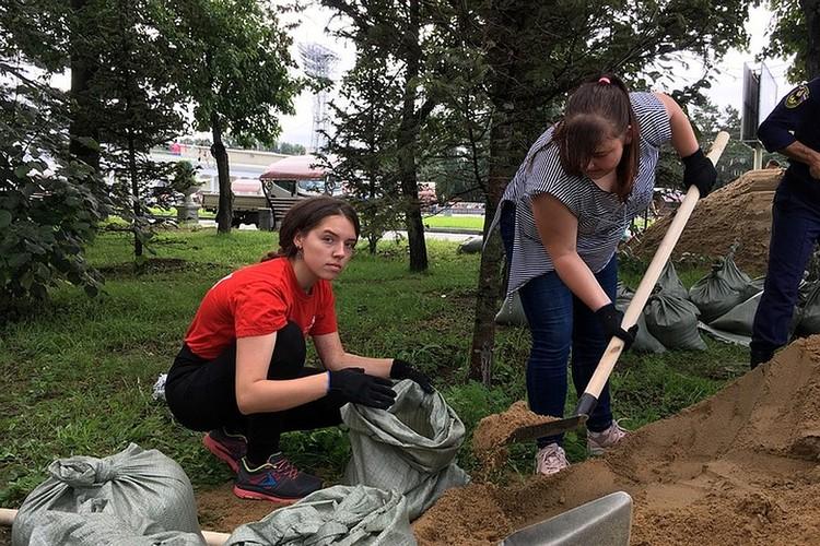 Поработать вызвались и волонтеры Хабаровска
