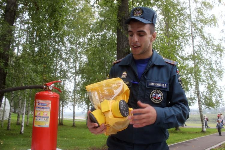 Ильяс Ширинов из отдела надзорной деятельности МЧС России по Коми демонстрируем самоспасатель - это средство индивидуальной защиты органов дыхания, которое люди покупают для своей защиты во время пожара.