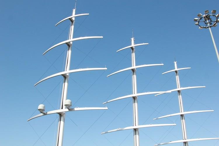 """Яхта несет три мачты высотой в 70 метров. Внутри них прячутся паруса со вшитыми жидкокристаллическими солнечными батареями. Фото: пресс-служба порта """"Морской фасад""""."""