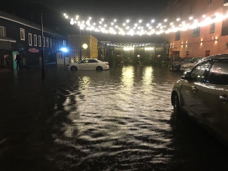 Под воду ушла территория перед ресторанами и барами