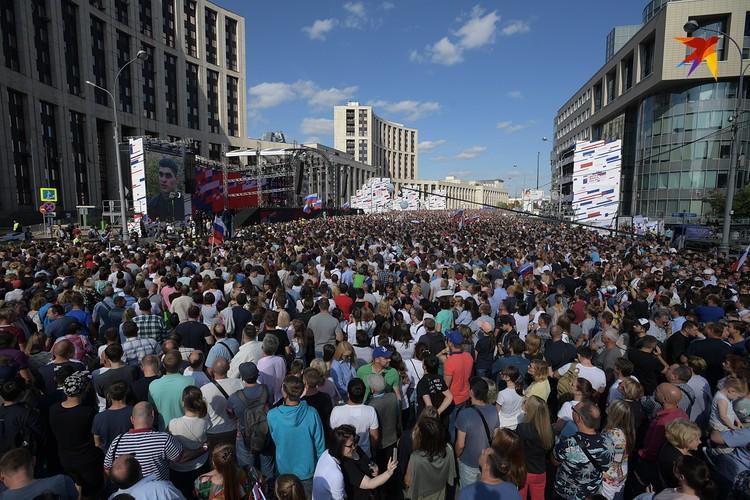 На площадке собралось сто тысяч зрителей