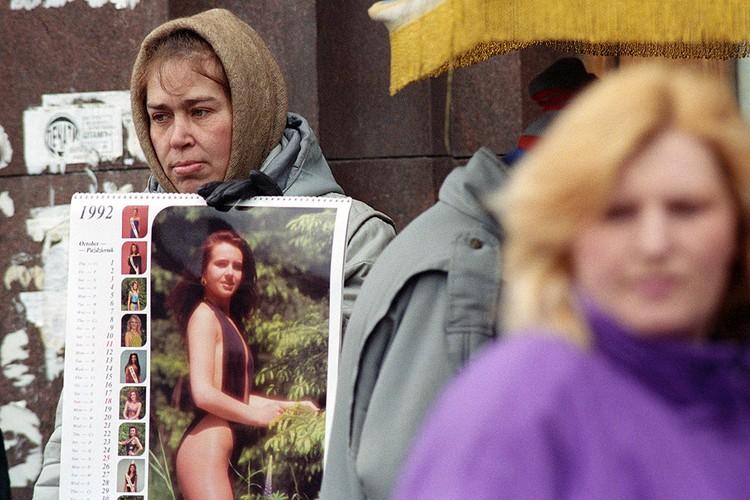 Уличная торговля начала 90-х, женщина продает календари у метро в Москве. Фото Игоря Зотина /ИТАР-ТАСС/