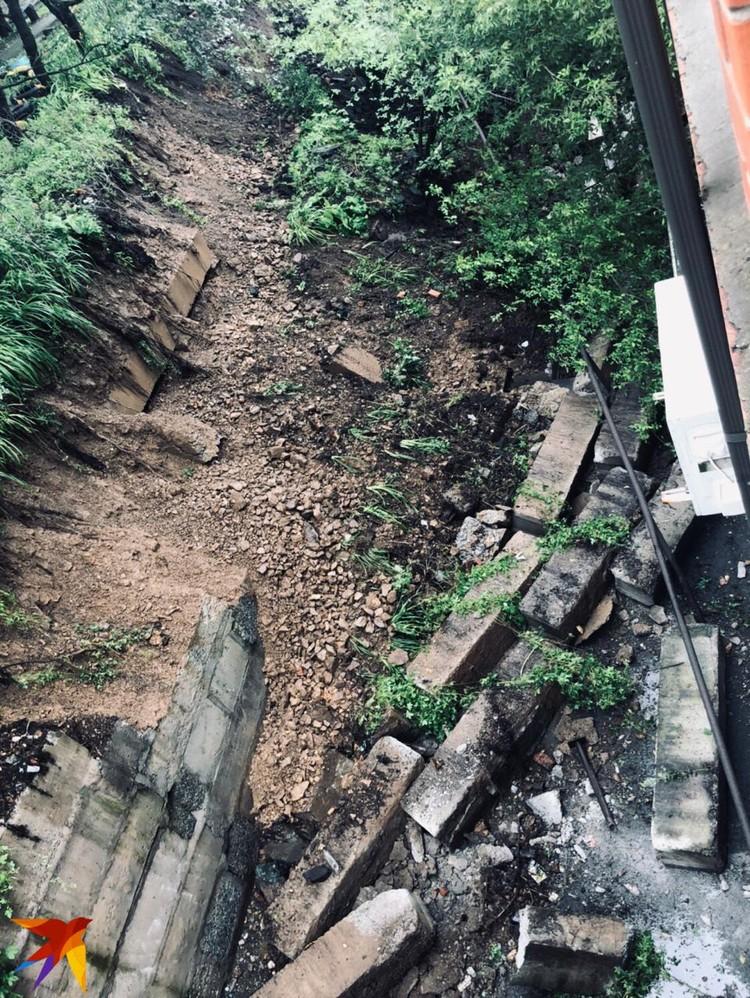 Упавшая подпорная стена на Суханова