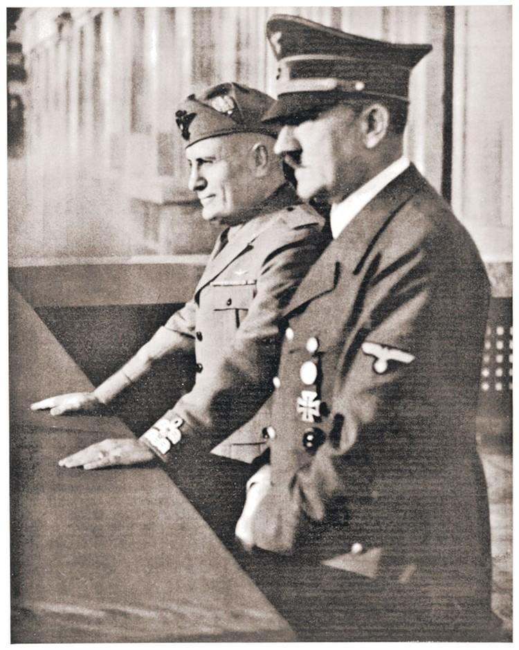 Адольф Гитлер привлек главу Италии Бенито Муссолини (слева) как посредника в переговорах с Англией и Францией в сентябре 1939-го.