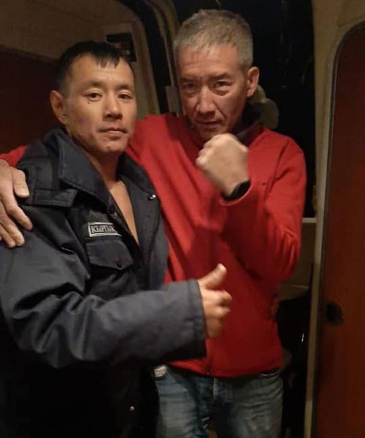 Первое, о чем спросил спасателей Эркин Асрандиев (на фото справа), все ли в порядке с его другом Нарынбеком Кемеловым.