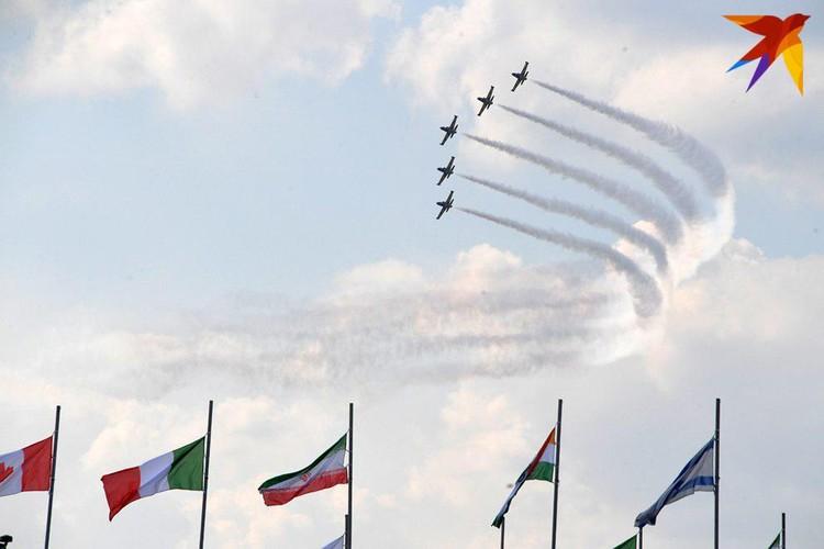 В летной программе принимало участие рекордное количество пилотажных групп