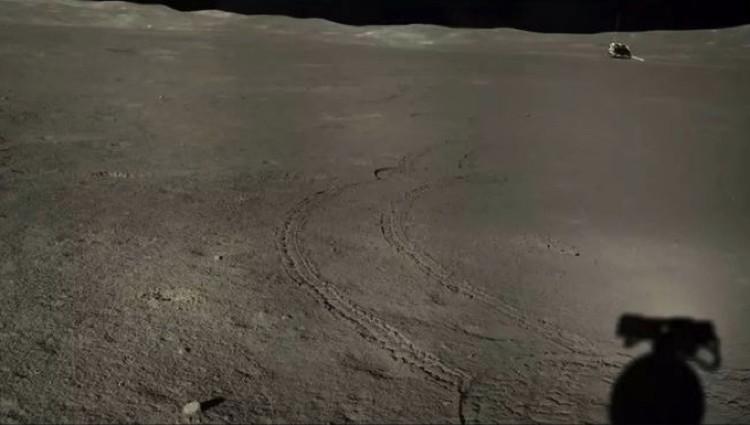 """«Юйту-2»), отъехавший в сторону кратера с """"субстанцией"""". Снимок с аппарата «Чанъэ-4»."""
