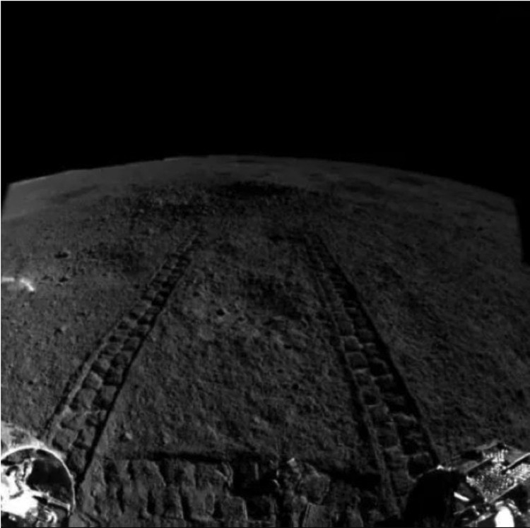 """""""Заяц"""" подъехал к загадочному кратеру - видны следы колес. Но что там лежит, осталось неясным. По крайней мере, китайцы не сообщили дополнительных подробностей."""