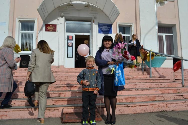 На линейке Борислав Романов со свой учительницей.