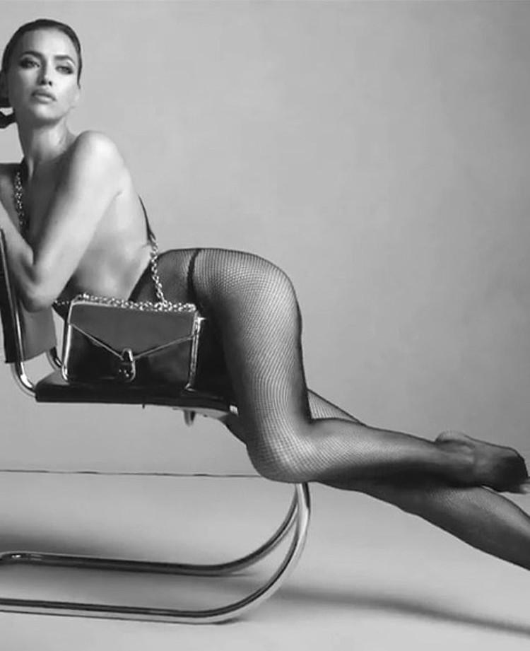 На кадрах черно-белого ролика Ирина позирует, сидя на стуле. Фото: кадр видео.