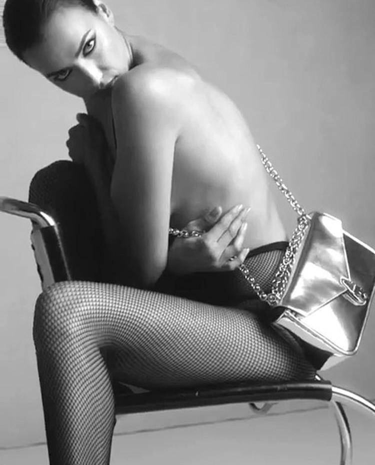 При этом из одежды на ней - только черные колготки в крупную сетку. Фото: кадр видео.