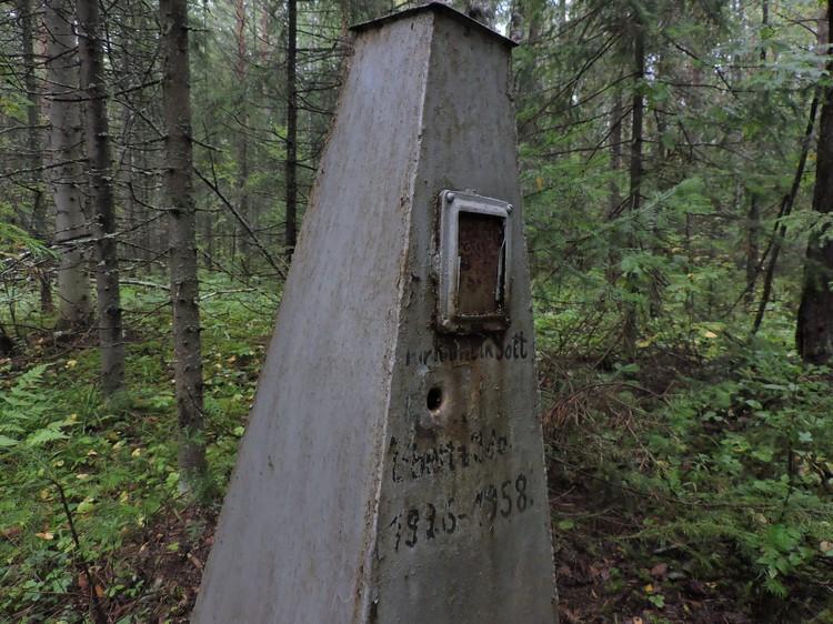 На некоторых памятниках есть следы от пуль.