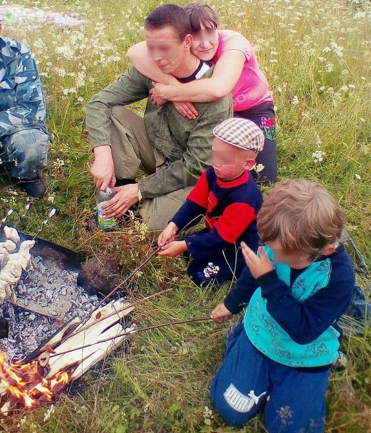 Это фото, где все выглядят такими счастливыми, мать мальчиков выложила за несколько дней до трагедии.