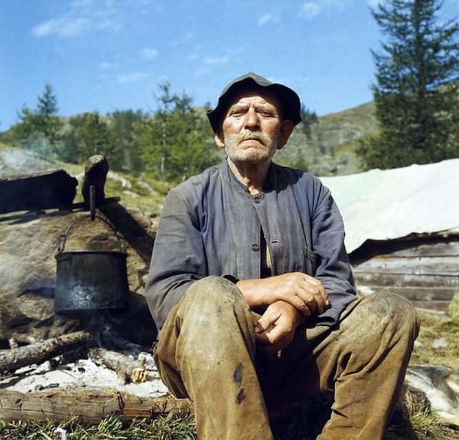 Пастухи много ходят по горам. Берут с собой хлеб, овечий сыр, красное домашнее вино Фото: EAST NEWS