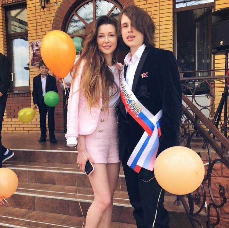 Настя сама сделала это фото: дочь Анна на выпускном у Майкла. Фото: инстаграм Анастасии Заворотнюк