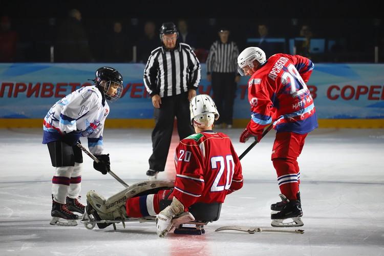 Начало матча - вбрасывание. Шайбу подает Владимир Каманцев, серебряный призер Паралимпийских игр в Сочи. Фото: Амир Закиров