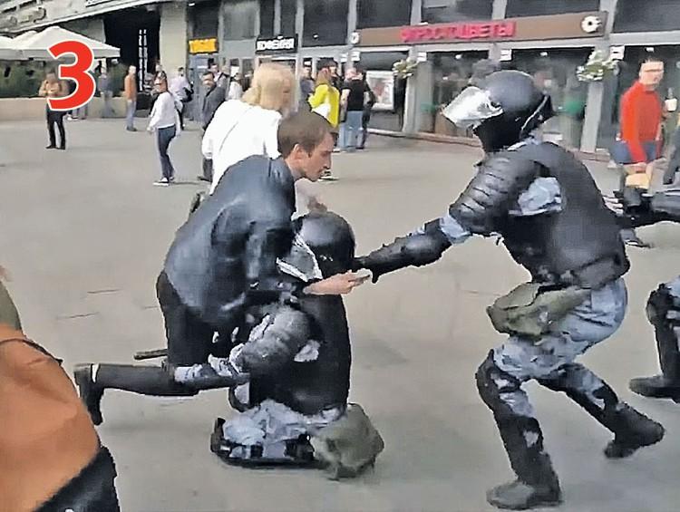 ДЕЙСТВИЕ 3. Устинов делает шаг в сторону и в этот момент опускает руки, которыми удерживал за плечи бойца, и боец падает. Фото: youtube.com