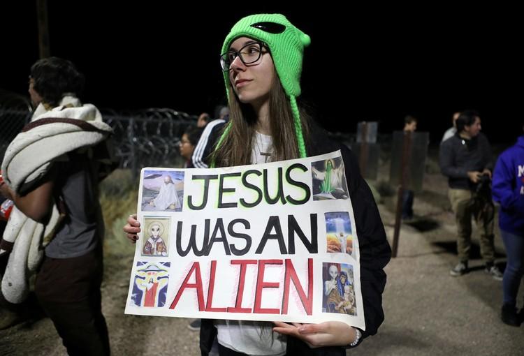 Надпись на плакате: Иисус был инопланетянином!