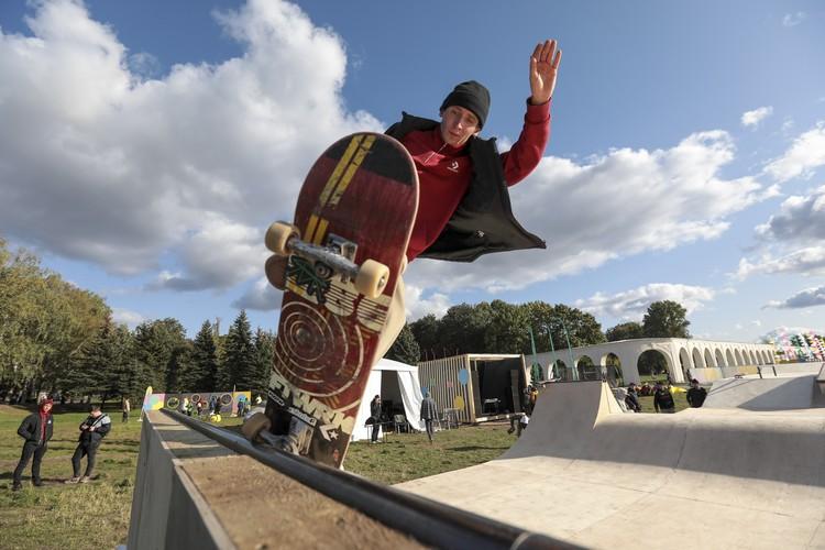 Скейтбордист исполняет трюк