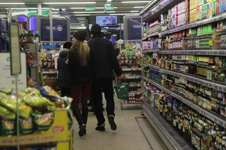 По словам Алены, пьяницы заходят в магазин, но их не много. Большая часть покупателей - обычные горожане, которые хотят расслабиться после работы.