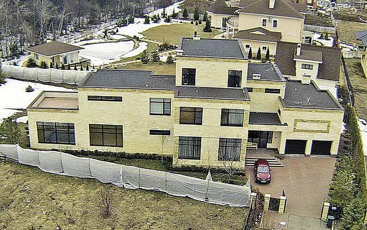 В трехэтажный особняк в подмосковном поселке Крекшино Анастасия въехала в 2015 году.