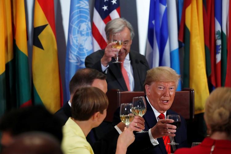 Трамп приветствует делегатов ассамблеи ООН на торжественном открытии.