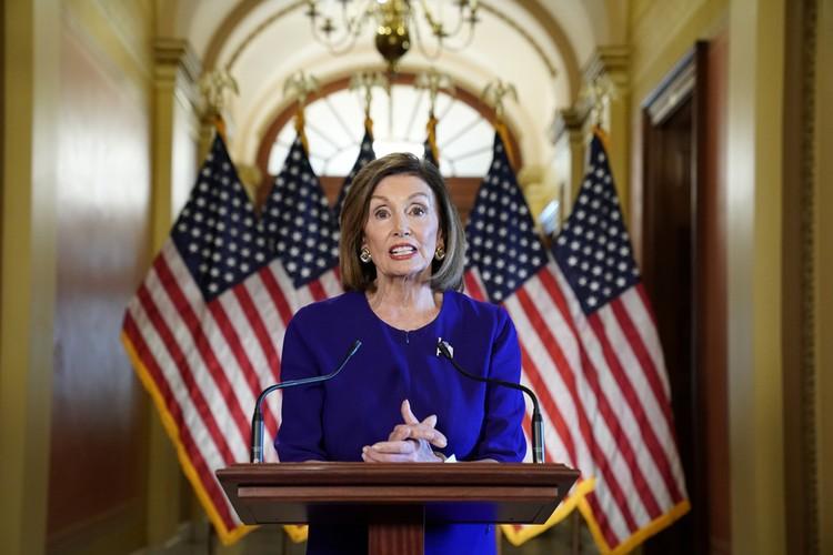Тем временем спикер Палаты представителей Нэнси Пелоси объявляет о начале процедуры импичмента Трампа в Капитолии США в Вашингтоне