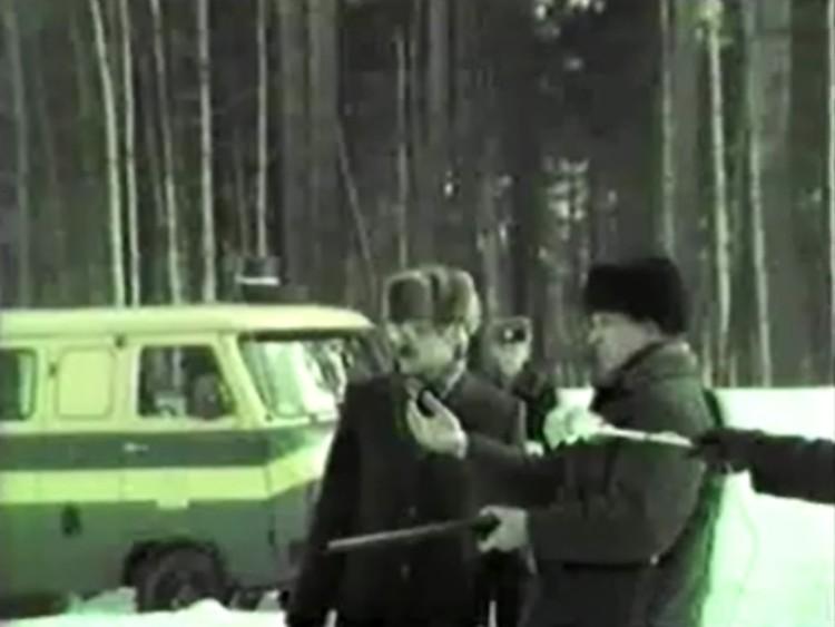 Зайченко во время следственного эксперимента показал, куда он сбросил тела. Фото: Государственный архив Свердловской области
