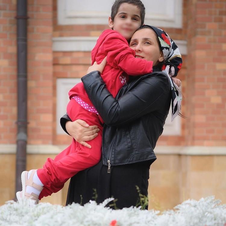 Аиша с матерью. Фото: пресс-служба уполномоченного по правам детей в России