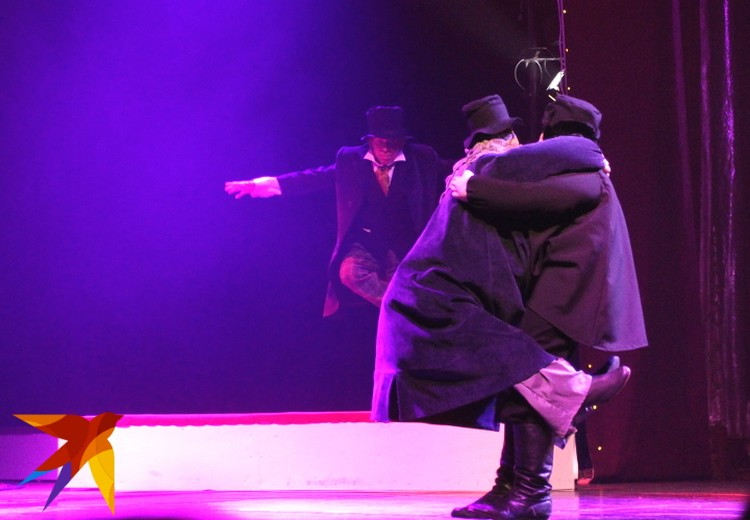 В спектакле появляются и удивительные элементы народного театра