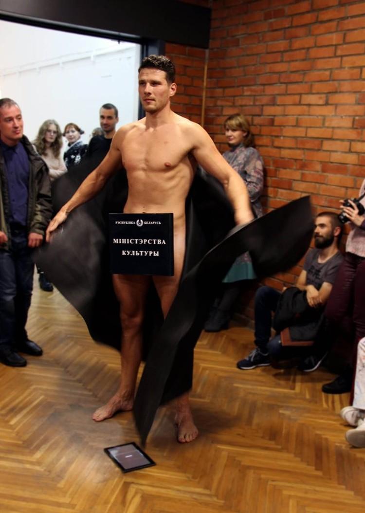 Поначалу Алексей появился в плаще. Фото: Алена Ляшкевич