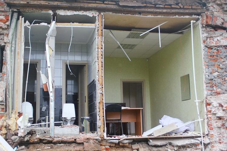 Стена рассыпалась на кусочки, оголив учебные кабинеты и туалеты.