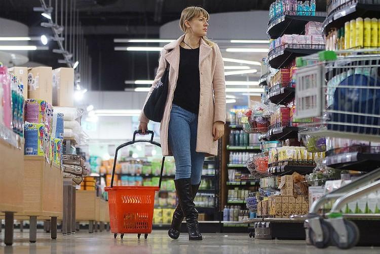 В супермаркет - глаз да глаз, чтобы не купить просрочку и не переплатить.