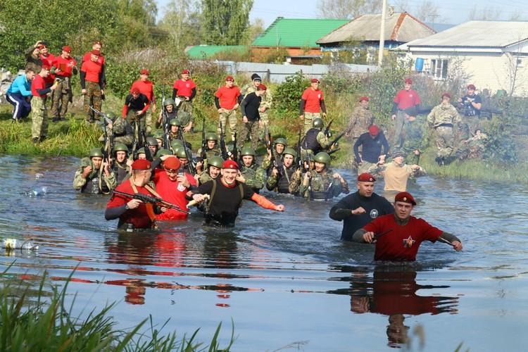 Инструкторы сопровождают бойцов везде. Даже водную преграду проходят вместе с ними. Фото: УФСИН России по Республике Мордовия