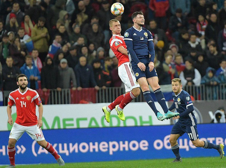 Атака за атакой, волна за волной, сборная России искала пути к воротам команды Шотландии.