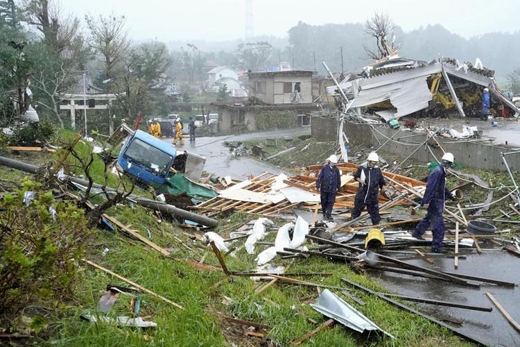На разбор завалов после прохождения тайфуна Хагибис брошены все силы.