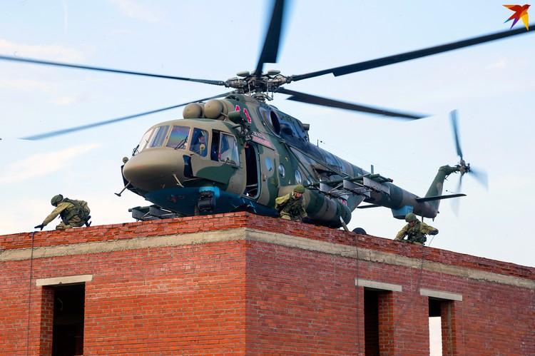 Военные высаживаются из вертолета