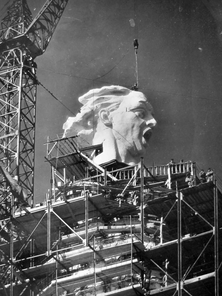 """Голову монумента отливали отдельно и поднимали наверх при помощи крана. Фото: Музей-заповедник """"Сталинградская битва"""""""