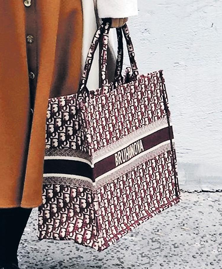 Сумка-шопер от Dior за 169 тысяч 500 рублей. Именная гравировка стоила Брухуновой еще 200 евро. Итого - 183 тысячи 738 рублей. Фото: instagram.com/bruhunova