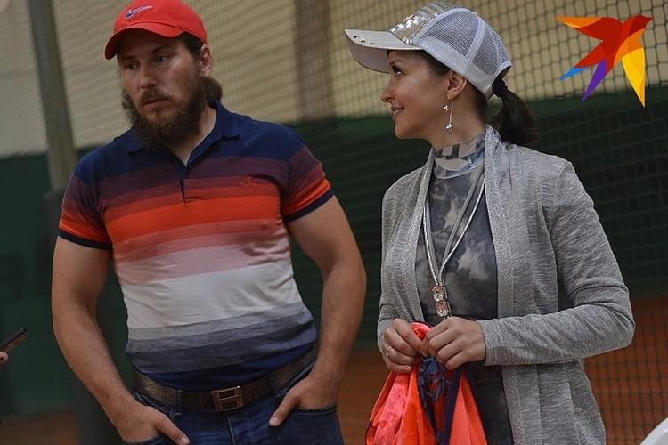 Родители Каролины Светлана и Юрий уже потратили деньги на наряды дочери.