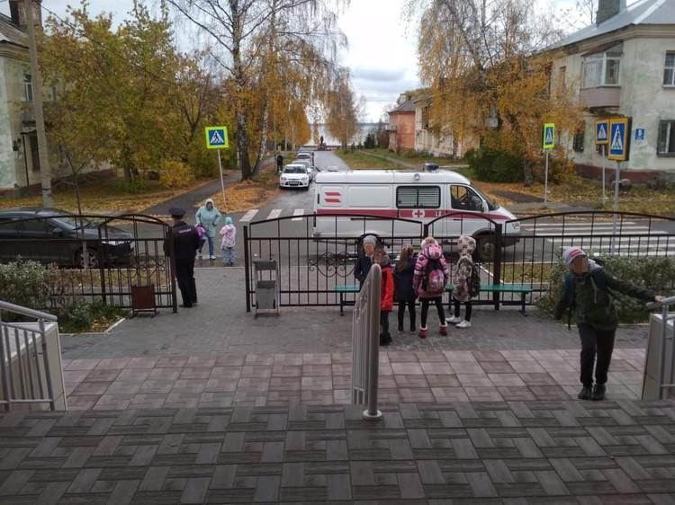 Детей после ЧП распустили с уроков, сейчас на месте работают следователи и полиция.
