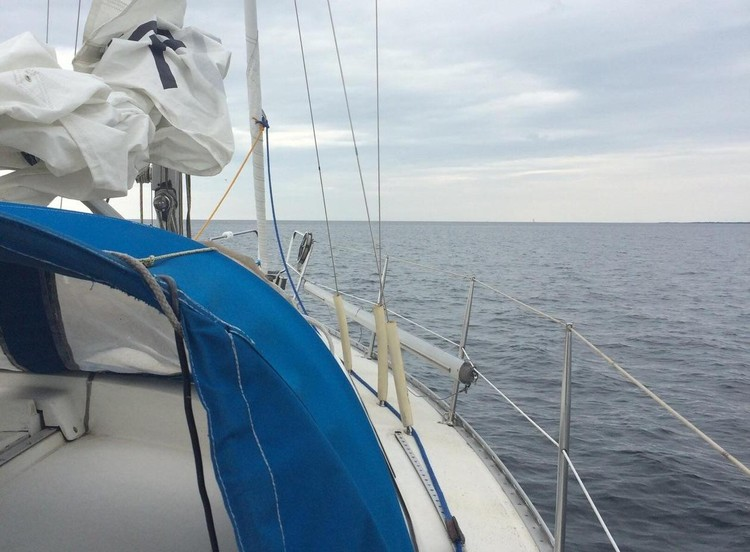 На судне есть и спасательный плот с бортами и тентом